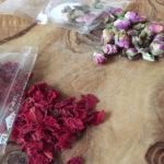 薔薇のつぼみとザクロの花びらのお茶
